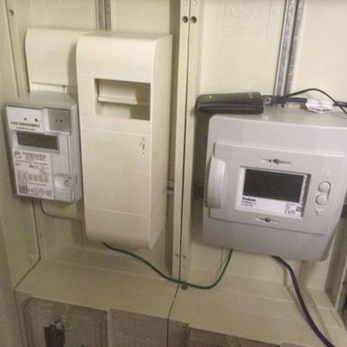 Links der Stromzähler und rechts das Gateway (Verkabelung verschwindet im Endzustand hinter der Verkleidung)