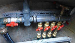 """Das Bild zeigt einen Verteiler mit Vorrichtungen zum hydraulischen Abgleich (""""Taco-Setter"""")"""