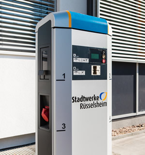 Die Strom-Tankstelle auf dem Gelände der Stadtwerke Rüsselsheim ist vielseitig nutzbar. Neben Elektroautos können auch Segway, Fahrrad und Roller damit aufgetankt werden Foto: Mario Andreya