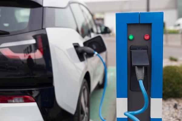 Vier Fahrzeuge gleichzeitig können an der Strom-Trankstelle der Stadtwerke aufgeladen werden