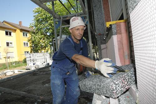 Quelle: Vollformat/Heimann Dämmarbeiten mit Polystyrol an einem Wohnhaus